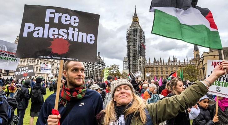 اعتصام احتجاجي امام السفارة الامريكية في لندن