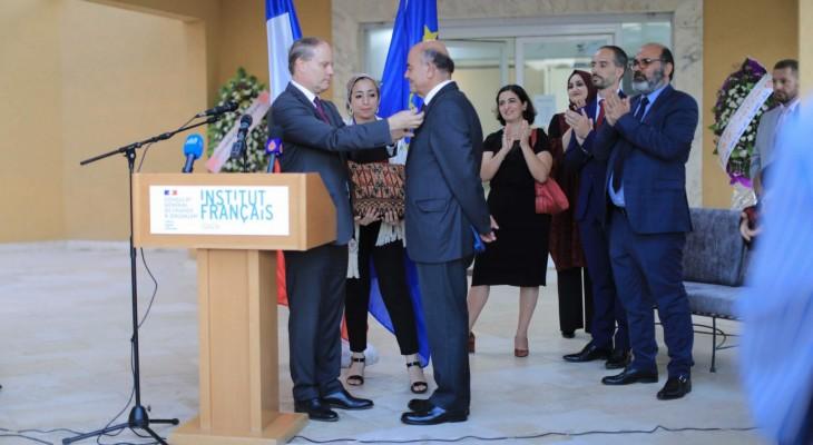 القنصل الفرنسي يقلد الحقوقي راجي الصوراني وسام جوقة الشرف الوطني برتبة فارس
