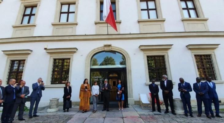 """سفارة فلسطين في بولندا تنظم جولة للدبلوماسيين في معرض """"كل يوم يوم مقاومة"""""""