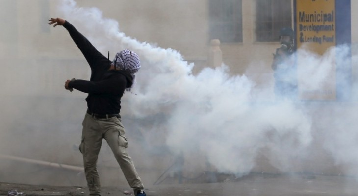 Israeli soldiers shoot teen with live bullet in clashes near Hebron