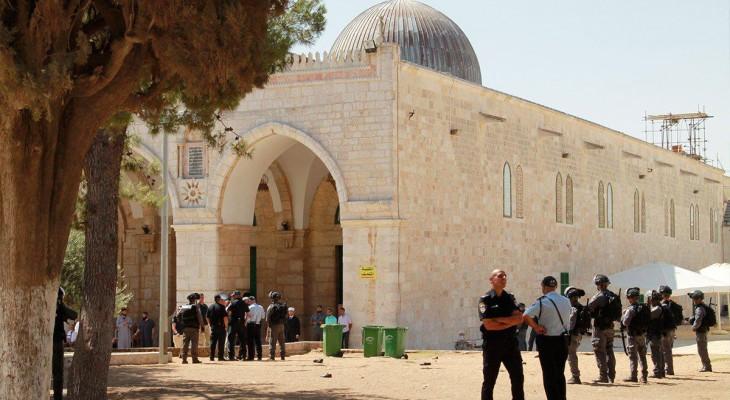 Scores of settlers desecrate Al-Aqsa Mosque
