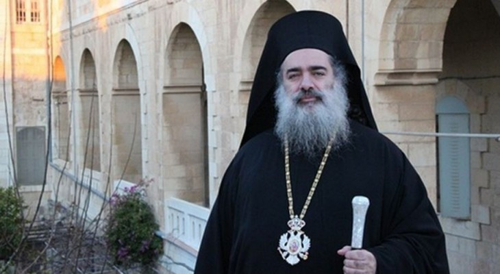 Father Hanna spat on and insulted by Jewish settlers in J'lem